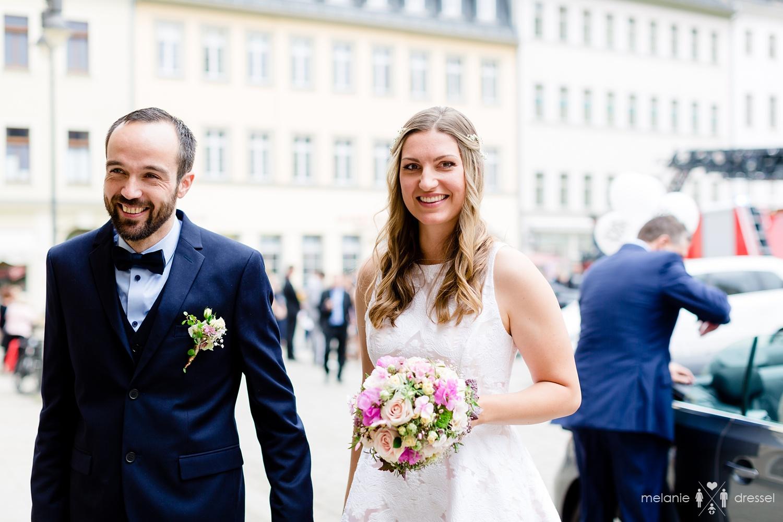 Braut und Bäutigam betreten gemeinsam das Standesamt Gera. Fotografiert von Hochzeitsfotografin Melanie Dressel, Gera.