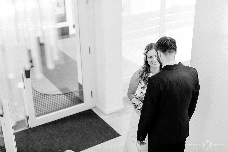 Brautpaar kurz vor seiner Hochzeit in Gera. Fotografiert von Hochzeitsfotografin Melanie Dressel, Gera.