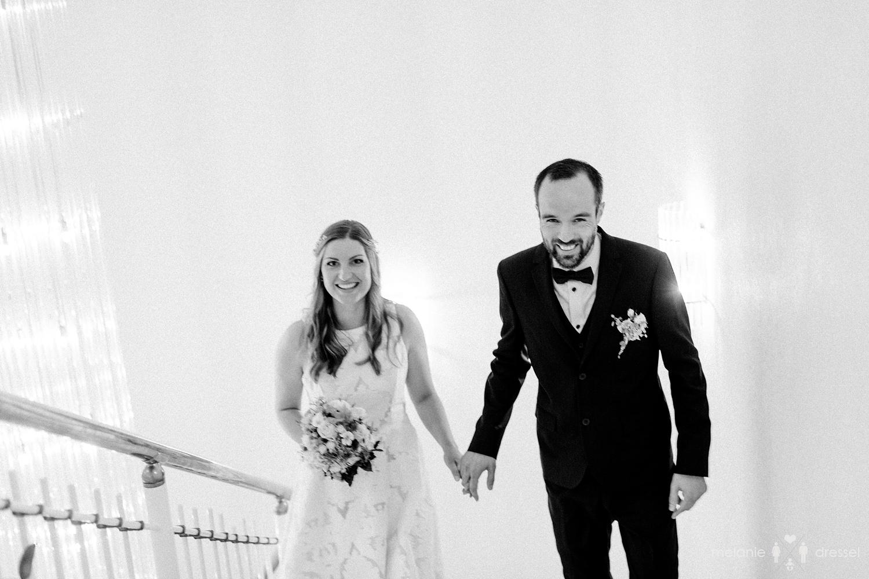 Brautpaar gemeinsam auf dem Weg zur Trauung. Fotografiert von Hochzeitsfotografin Melanie Dressel, Gera.