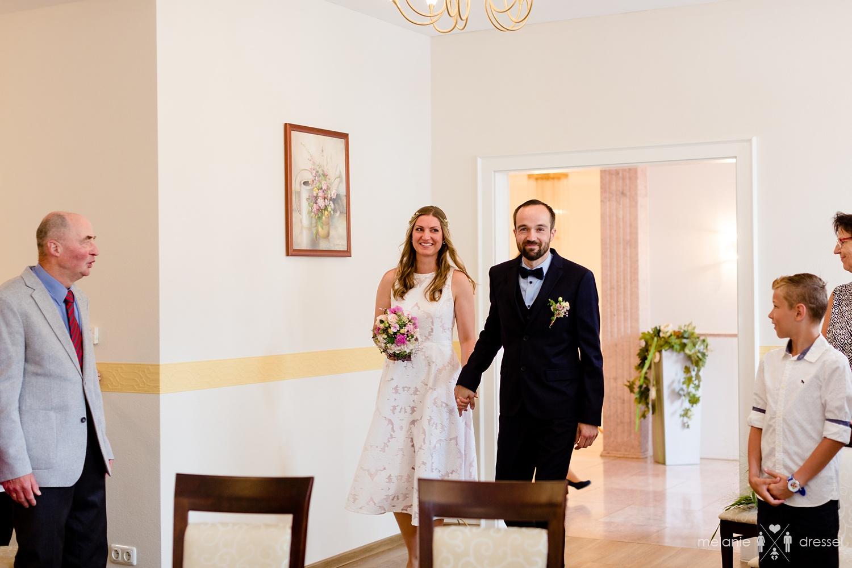 Brautpaar betritt zusammen das Trauzimmer des Standesamts Gera.