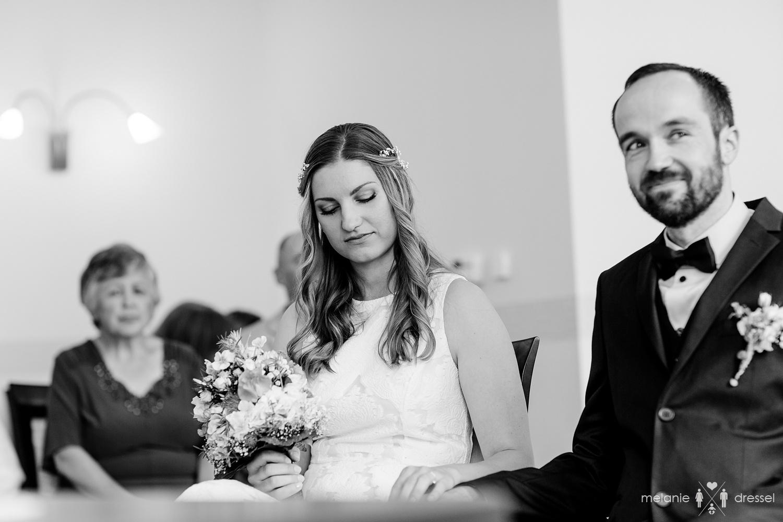 Nachdenkliche Braut im Standesamt Gera.