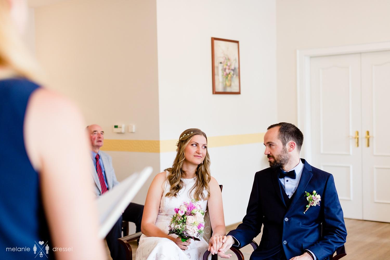 Brautpaar während Trauzeremonie im Standesamt Gera.