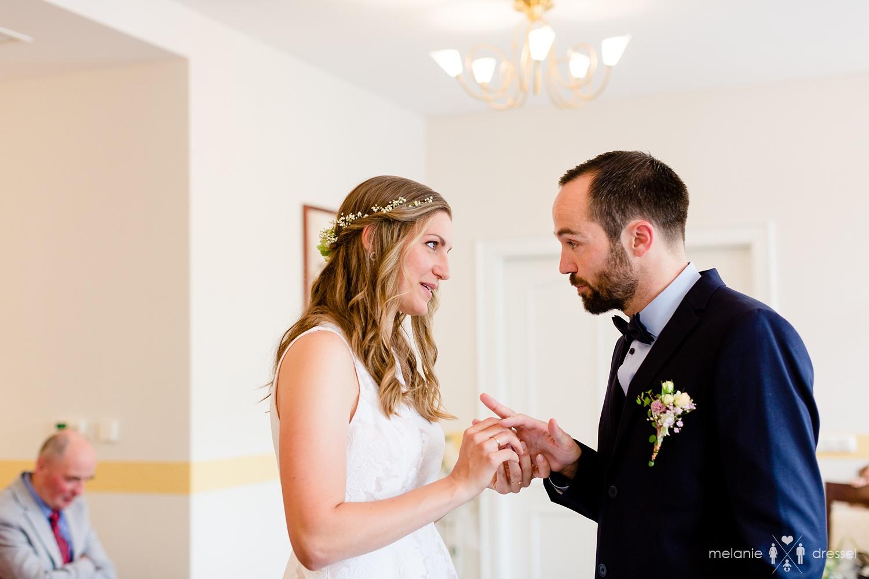 Das Anstecken der Ringe im Standesamt Gera. Fotografiert von Hochzeitsfotografin Melanie Dressel, Gera.