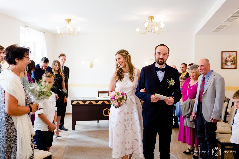 Brautpaar umringt von Verwandten im Standesamt Gera. Fotografiert von Hochzeitsfotografin Melanie Dressel, Gera.