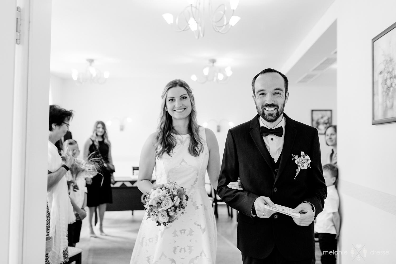 Brautpaar verlässt glücklich die Trauung im Standesamt Gera.