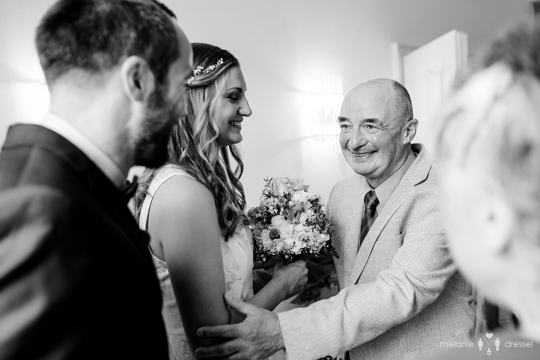 Vater gratuliert Bräutigam im Standesamt Gera. Fotografiert von Hochzeitsfotografin Melanie Dressel, Gera.