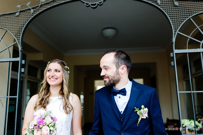 Brautpaar vor Standesamt Gera. Fotografiert von Hochzeitsfotografin Melanie Dressel, Gera.