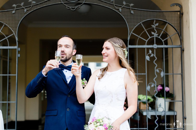 Sektempfang vor Geraer Standesamt. Fotografiert von Hochzeitsfotografin Melanie Dressel, Gera.