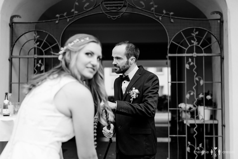 Baumstammsägen vor Geraer Standesamt. Fotografiert von Hochzeitsfotografin Melanie Dressel, Gera.