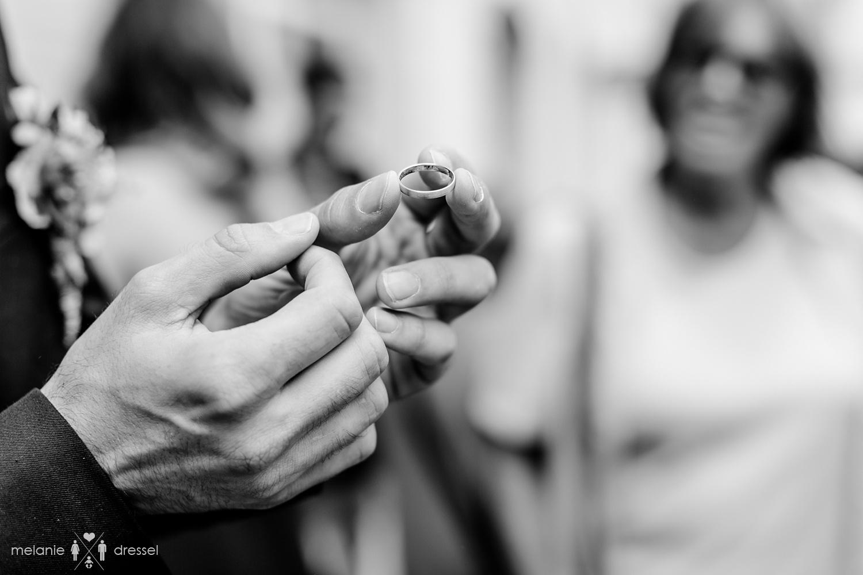 Bräutigam hält Ehering in der Hand. Fotografiert von Hochzeitsfotografin Melanie Dressel, Gera.