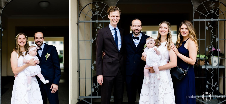 Brautpaar mit Kind und Trauzeugen vor Standesamt. Fotografiert von Hochzeitsfotografin Melanie Dressel, Gera.