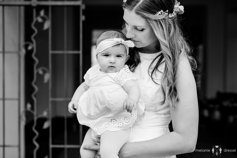 Braut mit Tochter vor Standesamt. Fotografiert von Hochzeitsfotografin Melanie Dressel, Gera.
