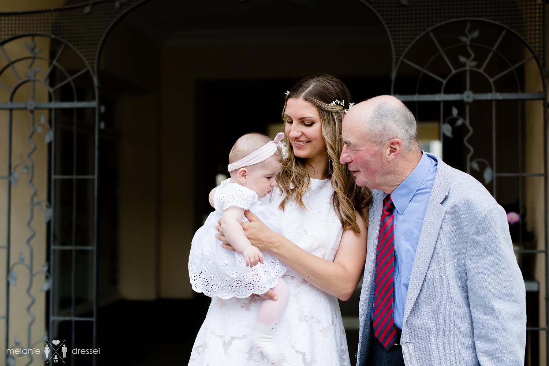 Braut mit Tochter und Schwiegervater vor Standesamt. Fotografiert von Hochzeitsfotografin Melanie Dressel, Gera.