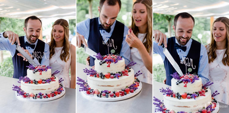 Brautpaar schneidet Torte im Biergarten des Restaurants Comma an. Fotografiert von Hochzeitsfotografin Melanie Dressel, Gera.