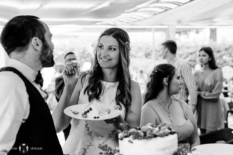 Brautpaar beim Tortenanschnitt im Comma Gera.