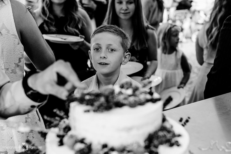 Kind bei Anschnitt der Hochzeitstorte.