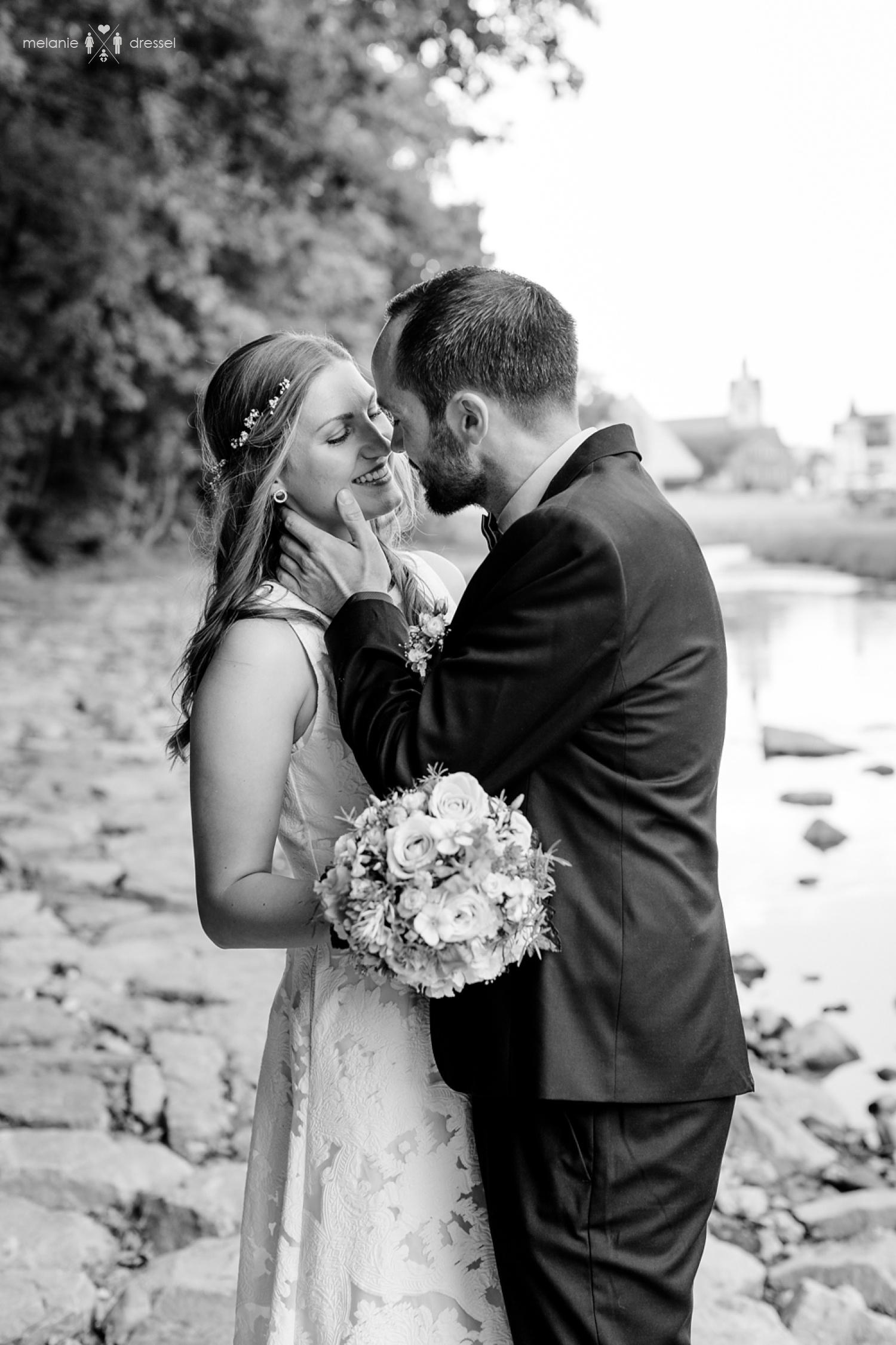 Brautpaar am Ufer der Weissen Elster. Fotografiert von Hochzeitsfotografin Melanie Dressel, Gera.