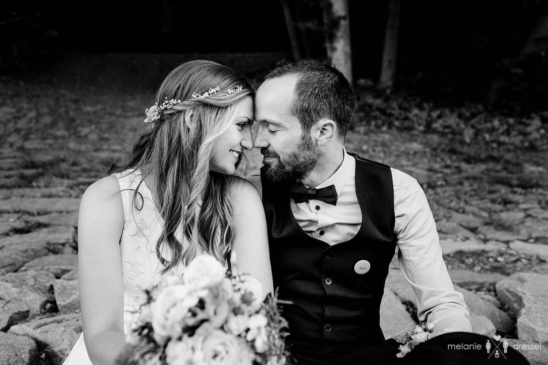 Brautpaar küsst sich an Flussufer. Fotografiert von Hochzeitsfotografin Melanie Dressel, Gera.
