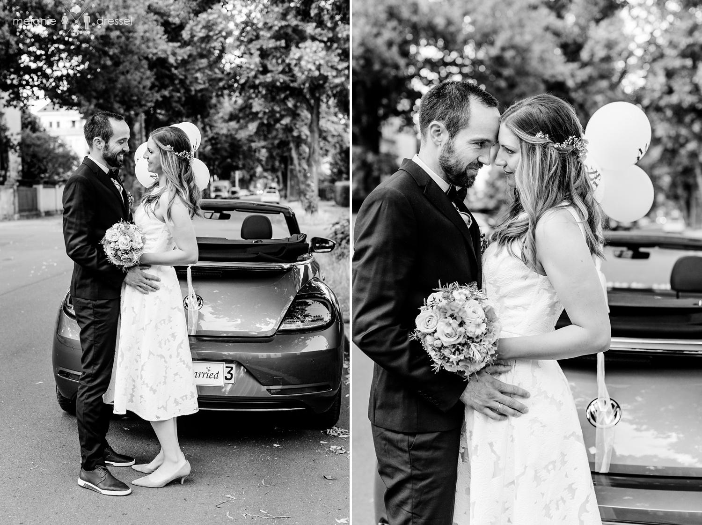 Hochzeitspaar vor VW Beetle. Fotografiert von Hochzeitsfotografin Melanie Dressel, Gera.