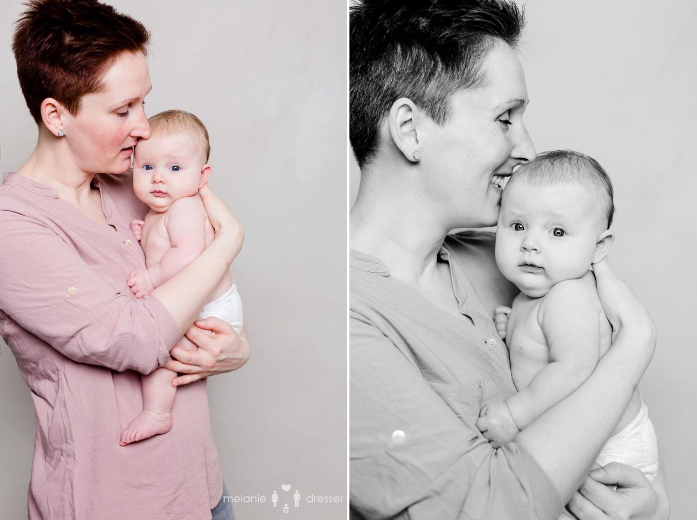 lächelnde Mutter hält Baby im Arm- Familienfotografie Weimar