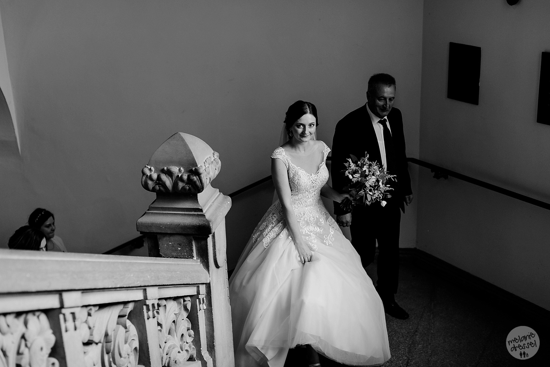 Braut auf dem Weg zur Trauung - Hochzeitsfotografin Melanie Dressel