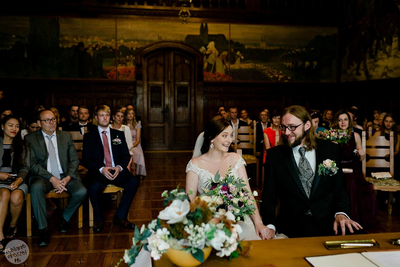 lachende Braut bei Trauung in Standesamt Quedlinburg - Hochzeitsfotografin Melanie Dressel