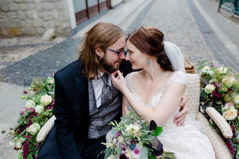 Hochzeitspaar in Kutsche in Quedlinburg - Hochzeitsfotografin Melanie Dressel