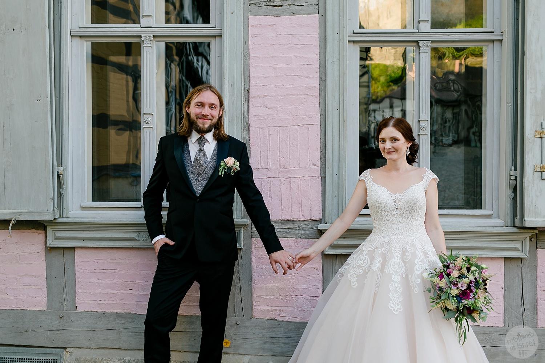 Hochzeitspaar vor Fachwerkhaus - Hochzeitsfotografin Melanie Dressel