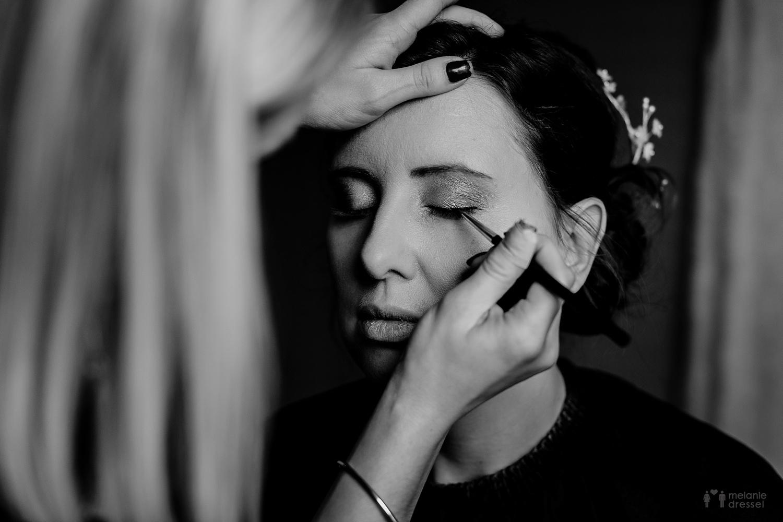 Braut wird geschminkt durch Salon Haarmonie in Gera - Hochzeitsfotografie in Gera