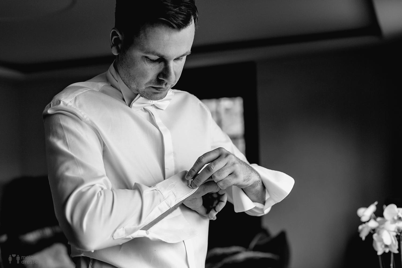 Bräutigam legt Manschettenknöpfe an - Hochzeitsfotografie in Gera