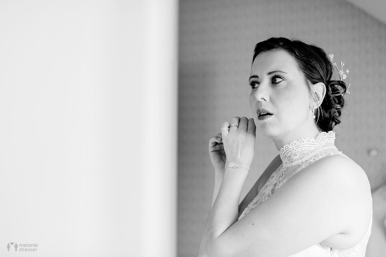 Braut legt Schmuck an - Hochzeitsfotografie in Gera